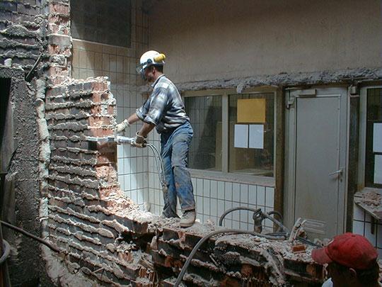 Демонтаж стен вручную